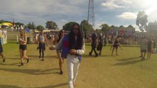 Un finto Steve Aoki si aggira per lo Stereosonic di Perth