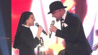 J-Ax e Suor Cristina rifanno Gli Anni alla finale di The Voice 2 (video e testo)
