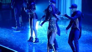 Selena Gomez cade sul palco [VIDEO]