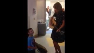 Taylor Swift visita Jordan al Boston Children's Hospital
