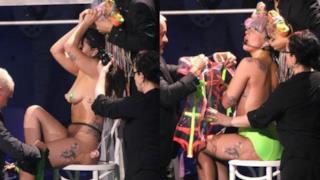 Lady Gaga rimane nuda sul palco durante una tappa di artRAVE