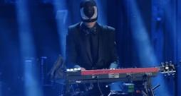 Rapahel Gualazzi & The Bloody Beetroots - Liberi o no (finale Sanremo 2014)