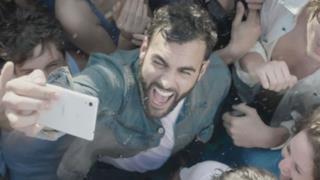 Marco Mengoni fa festa in piscina nel video per Io Ti Aspetto
