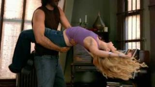 Shakira - Underneath Your Clothes (Video ufficiale e testo)