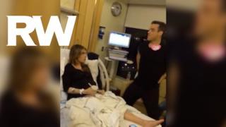 Robbie Williams canta e balla in ospedale per la moglie incinta