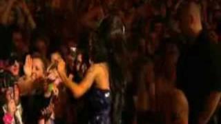 Amy Winehouse picchia un fan al Festival di Glastonbury 2008
