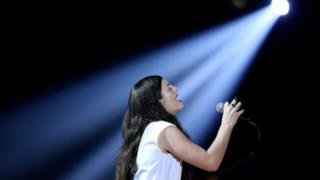 Grammy 2014, Lorde canta Royals live