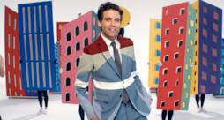 Mika in un'esplosione di colori nel video ufficiale di Talk About You
