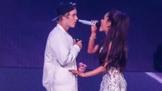 Justin Bieber duetta con Ariana Grande, ma dimentica le parole di Love Me Harder!