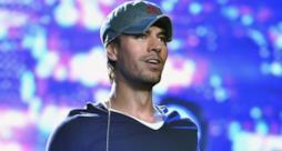 Incidente sul palco per Enrique Iglesias, si taglia le dita con un drone