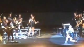 Emma Marrone cade in concerto a Napoli: il pubblico ride!