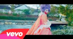 Grimes - Flesh without Blood (Video ufficiale e testo)