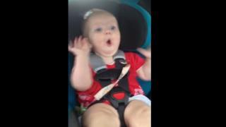 Bambino smette di piangere ascoltando Katy Perry