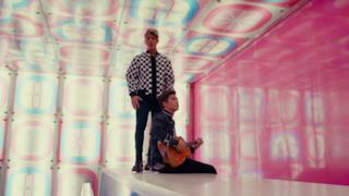 Benji & Fede - Forme geometriche (Addicted to You) [feat. Jasmine Thompson] (Video ufficiale e testo)