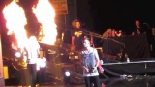 Zayn Malik salva Harry Styles dalle fiamme sul palco