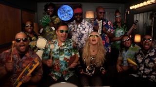 Madonna canta Holiday con Jimmy Fallon e The Roots (video)