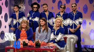 One Direction si esibiscono al SNL vestiti da liceali