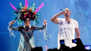 Will Smith canta live con i Bomba Estereo: ecco Fiesta ai Latin Grammys 2015