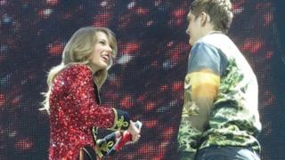 Taylor Swift - Fan sale sul palco durante il concerto di Londra