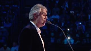 Andrea Bocelli canta Con te partirò agli MTV EMA 2015 (VIDEO)