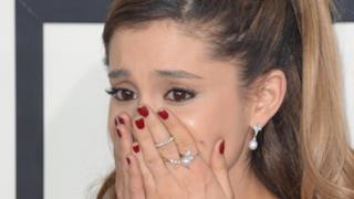 Ariana Grande cade sul palco come Madonna!