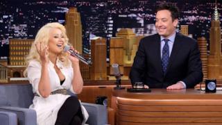 Christina Aguilera imita le sue colleghe popstar da Jimmy Fallon (video)