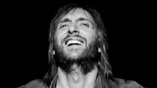 David Guetta feat. Sam Martin - Lovers On The Sun (Showtek Remix) (audio ufficiale)