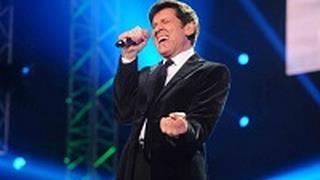 Gianni Morandi canta Vita al concerto per Lucio Dalla