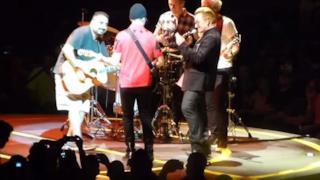 U2, The Edge si dimentica gli accordi e viene sostituito da un fan (video)