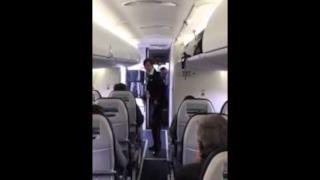 Hostess balla Uptown Funk sull'aereo, il video diventa virale!