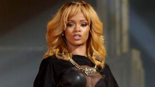 Rihanna coinvolge un giovane fan in un balletto hot (video)