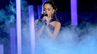 Ariana Grande ai Grammy 2015 live con Just A Little Bit Of Your Heart