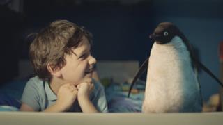 Natale 2014: Tom Odell canta Real Love nello spot con il pinguino Monty