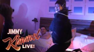 Rihanna sveglia Jimmy Kimmel di notte, lo scherzo che sogna ogni fan