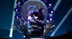 Foo Fighters, Dave Grohl ritorna... su un trono di chitarre!