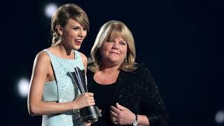 Taylor Swift premiata dalla mamma malata agli ACM Awards (video)