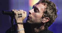 Chris Martin, show improvvisato in un bar di New Delhi (video)