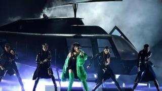 Rihanna stupisce agli iHeartRadio Music Awards 2015 con BBHMM