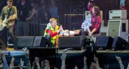 Dave Grohl si rompe una gamba sul palco ma finisce lo stesso il concerto (video)