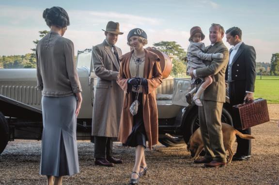 La modernità bussa alla porta di Downton Abbey in due nuove clip italiane dal film