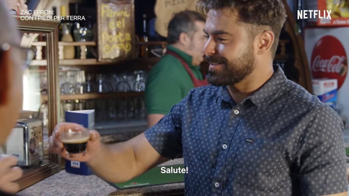 Zac Efron in Sardegna: i commenti al video sono tutti sul caffé americano