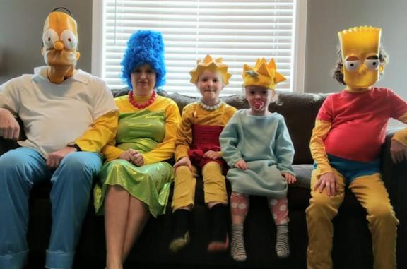 I Simpson: famiglia in quarantena replica la sigla e diventa virale