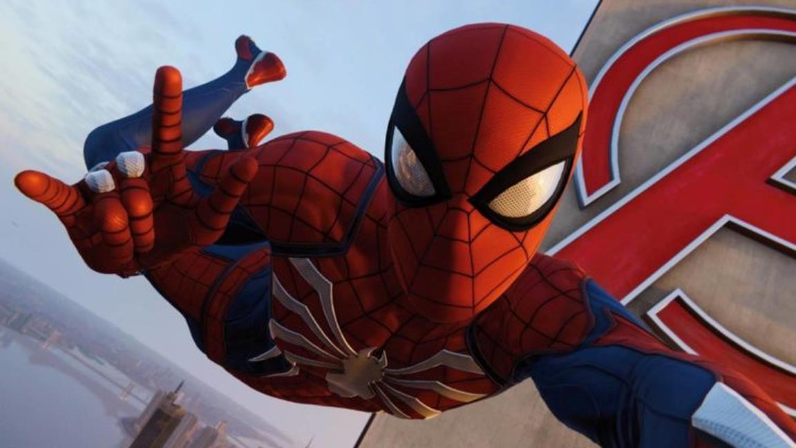 Spider-Man saluta davanti alla Avengers Tower