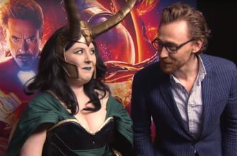Tom Hiddleston sorprende I fan del suo Loki comprendo all'improvviso alle loro spalle