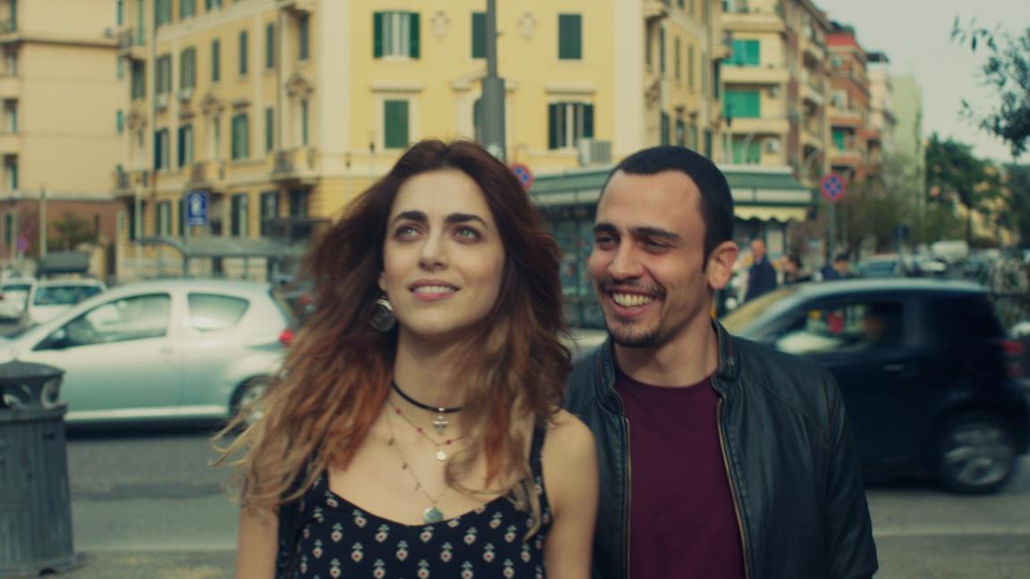 Miriam Leone e Simone Liberati in una scena de L'amore a domicilio