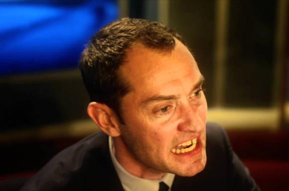 Contagion: quando i denti (finti) di Jude Law rubano la scena al film