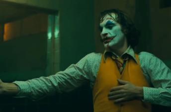 Joker: l'iconica scena della danza nel bagno improvvisata da Joaquin Phoenix [VIDEO]