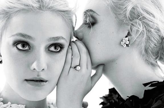 Elle e Dakota Fanning nel film tratto dal romanzo L'usignolo